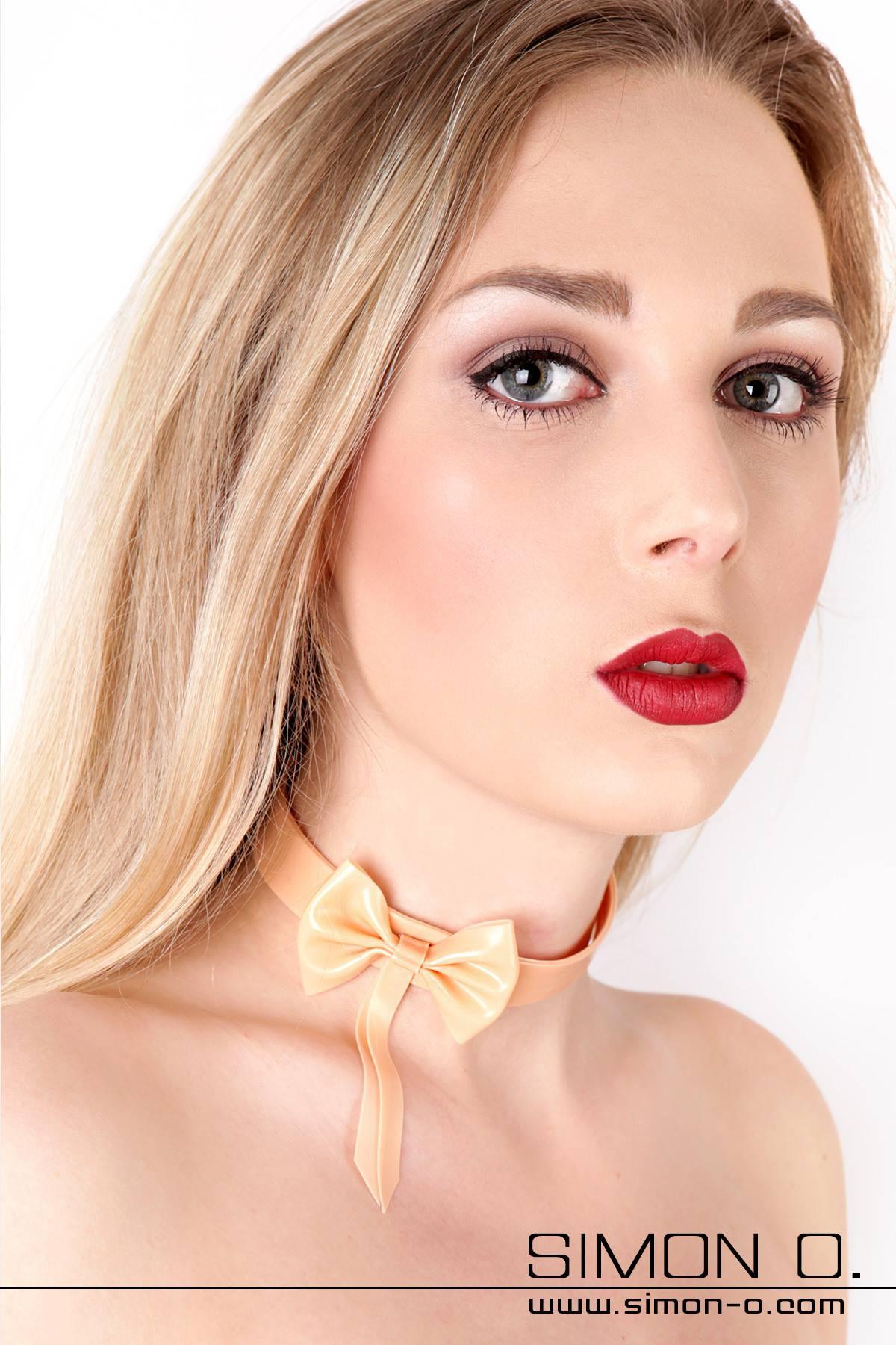 Latex Halsband mit Masche Mit diesem Latex Halsband ergänzen Sie Ihre Latexunterwäsche zu einer perfekten Einheit. Oder Sie Tragen dieses Latex Halsband in …
