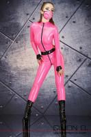 Vorschau: Ein Model trägt einen hautengen Latex Catsuit mit schwarzen Zipp vorne und einem schwarzen Gürtel. Dazu trägt Sie einen Mundschutz in Pink.