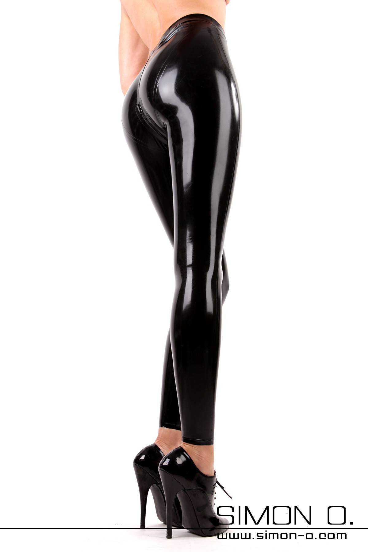 Atemberaubende Latex Leggings inklusive Schritt Zipper Der Klassiker unter den Latex Leggings mit neuer Schnittführung. Diese Leggings zeichnet sich durch den …