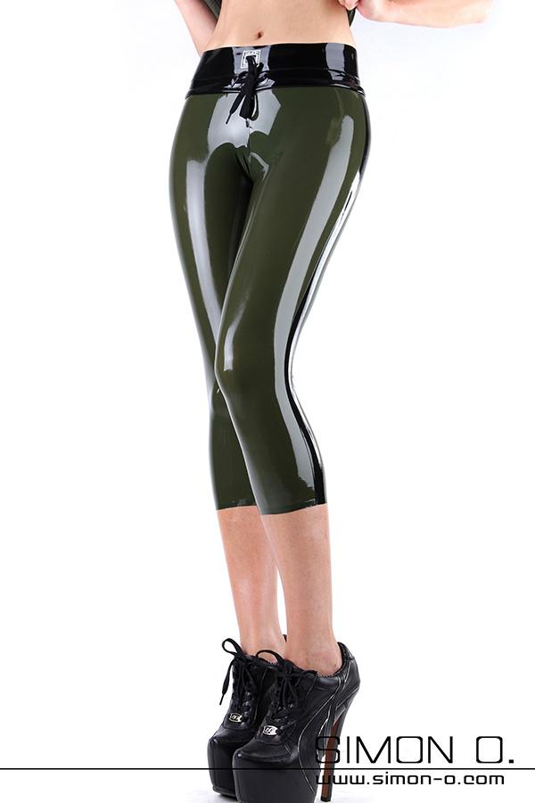 Eine glänzende Latex Hose für Fitness dreiviertel lang