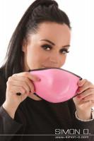 Vorschau: Eine dunkelhaariges Mädchen trägt einen glänzendern Mund und Nasenschutz in Pink