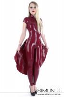 Vorschau: Hautenger Latex Catsuit in Rot mit kurzen Ärmeln mit einem Tellerrock kombiniert