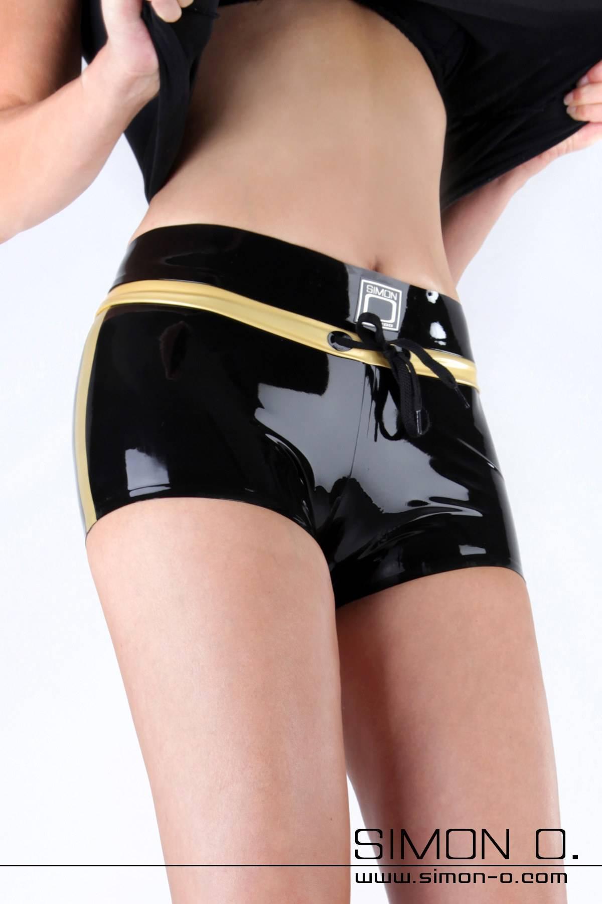 Latex Hot Pant mit sportlicher Eleganz Heißes Höschen – besser kann man diese sexy Hot Pant nicht beschreiben. Ihre enge Passform betont Deinen Body genau an …