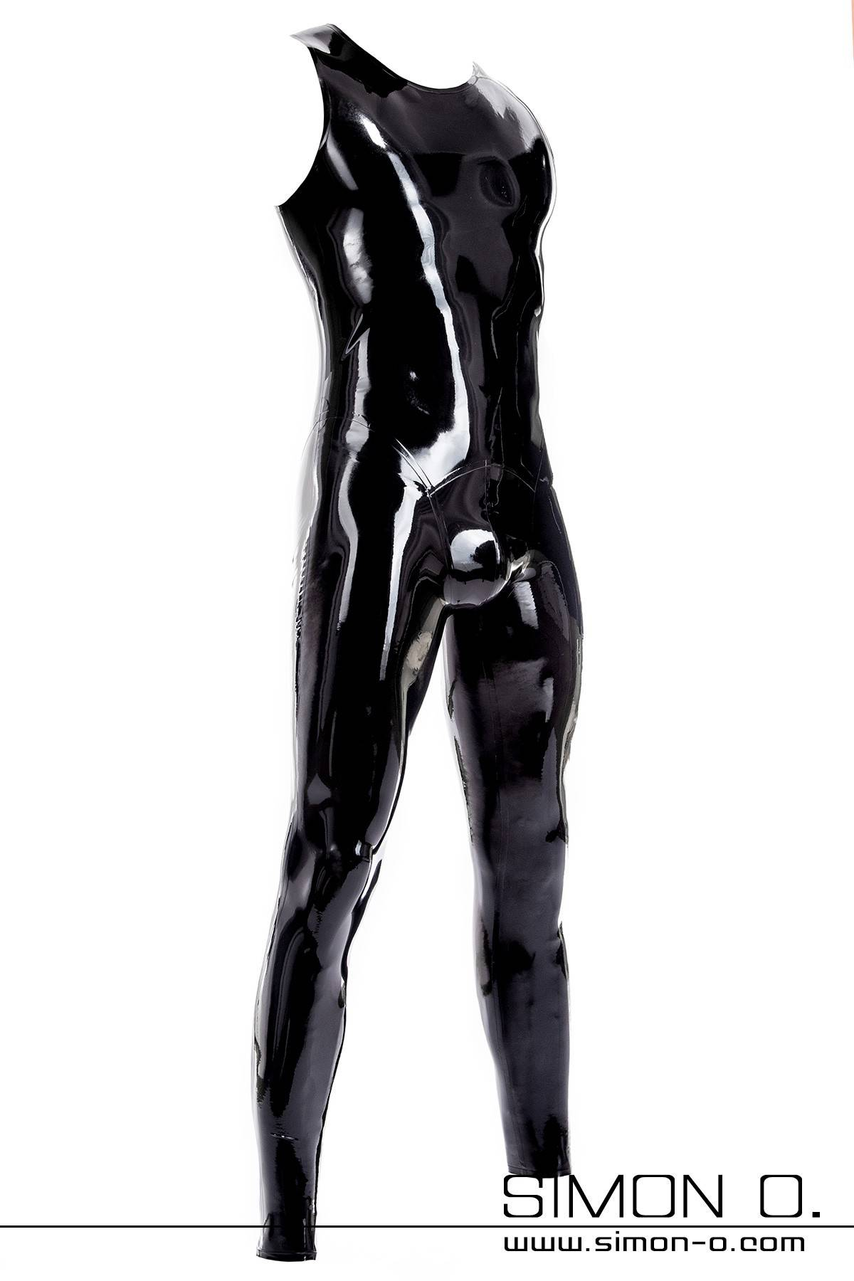 Ein schwarzer glänzender Latexanzug mit Rundausschnitt und Zipp im Schritt