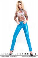 Vorschau: Eine Frau trägt eine hautenge Latex Jean in Metallic Blau