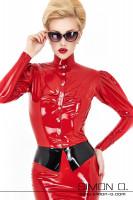 Vorschau: Eine blonde Frau mit Sonnenbrille trägt eine enge glänzende Damen Latex Bluse in Rot mit Stehkragen