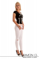 Vorschau: Eine schlanke Frau in einem hautengen Latex Top mit Rundausschnitt in Schwarz mit einer weißen Hose und High Heels