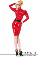 Vorschau: Eine Frau trägt eine enge glänzende Latex Bluse mit Stehkragen in Kombination mit einem Latex Rock in Rot von hinten gesehen