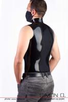 Vorschau: Ein Mann trägt ein enges ärmelloses Latex Shirt in Schwarz mit Stehkragen -von hinten gesehen.