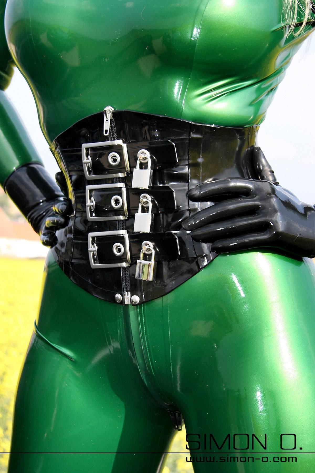 Latex Korsett mit Schloß absperrbar Latexmieder aus dicken Latex (2mm+) mit Zipp vorne. Dieses Latex Korsett ist nicht für die Taillenreduktion gedacht! …