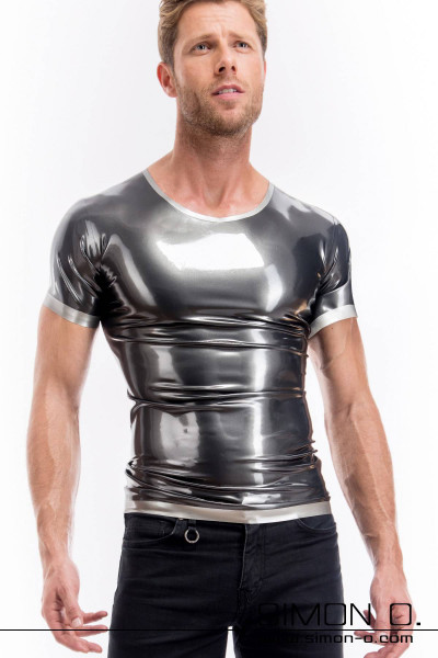 A man wears a skintight shiny short-sleeved latex shirt in metallic look