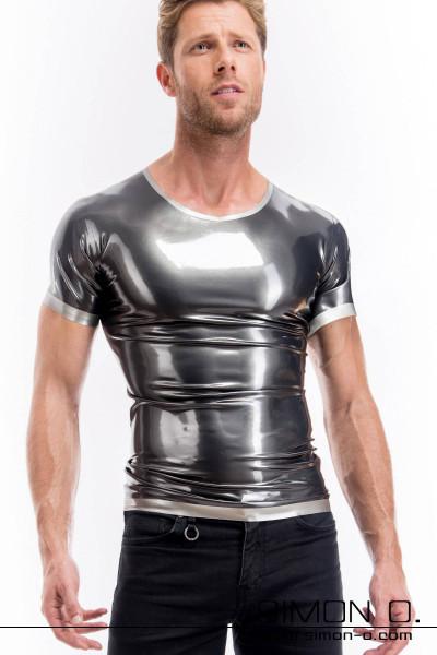 Ein Mann trägt ein hautenges glänzendes kurzarm Latex Shirt in Metallic Optik