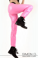 Preview: A woman wears a loose shine training pants in pink