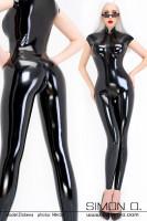 Vorschau: Eine blonde Frau trägt einen glänzenden Latex Catsuit in Schwarz mit kurzen Ärmeln