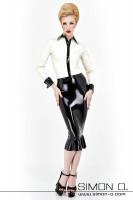 Vorschau: Eine Frau trägt eine weiße Latex Bluse mit Manschetten und Manschettenknöpfen und einen schwarzen glänzenden Latex Rock