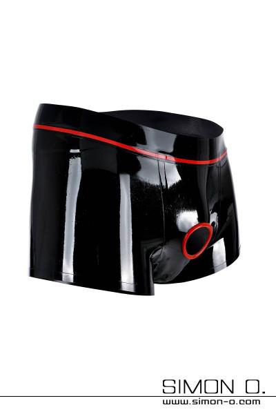 Eine schwarze glänzende Latex Short mit einem roten Penisring