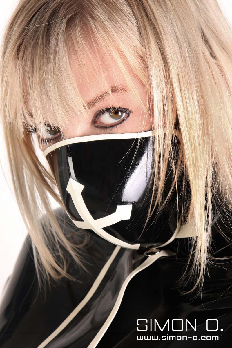 Latex Mundschutz mit Latexbändern und Perforierung zum Atmen aus dicken Latex gefertigt. Abgebildetes Modell: Farbe 1: Schwarz Kontrastfrabe 1: Weiß …