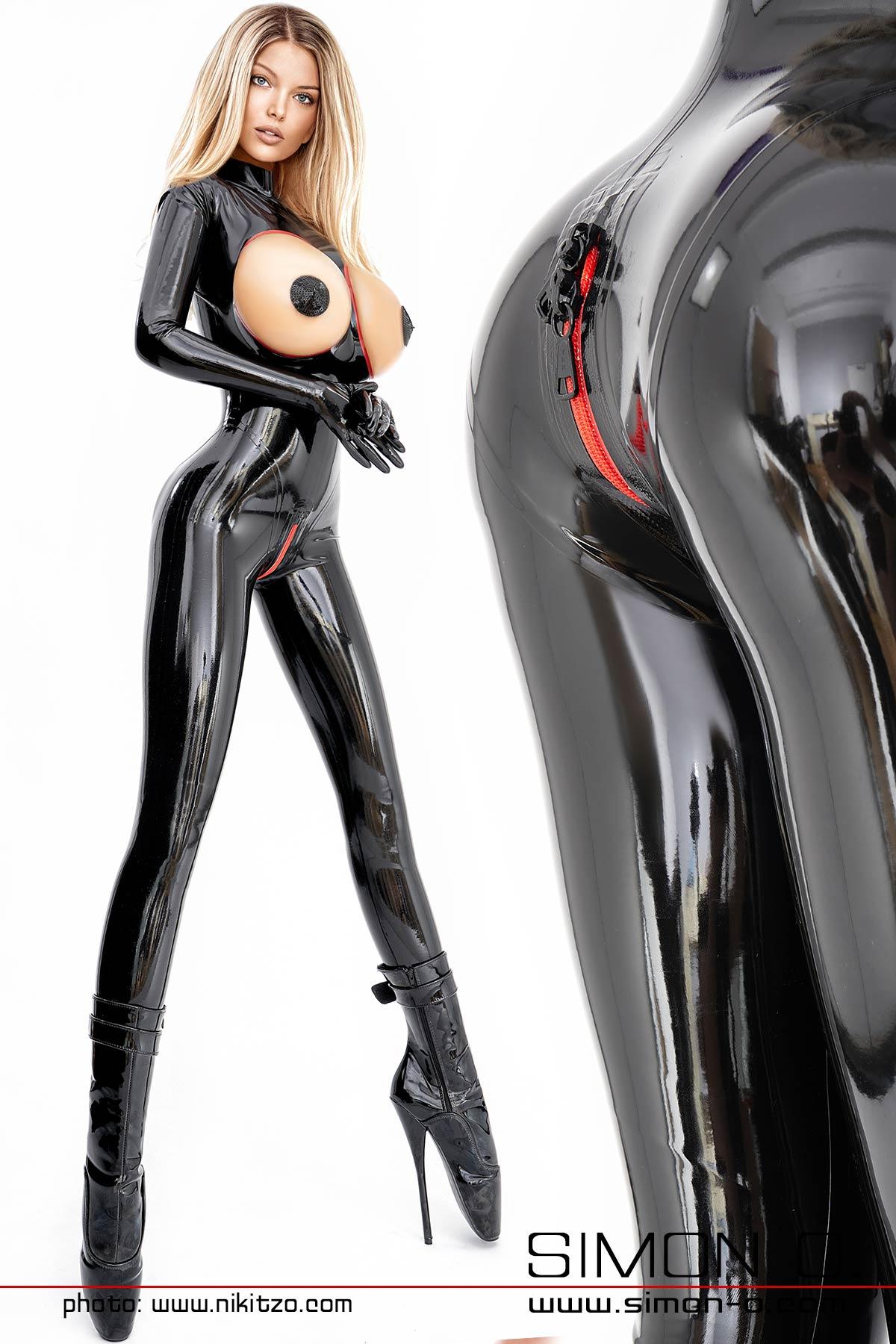 Schwarzer Latex Catsuit mit rot umrandeten Öffnungen im Brustbereich und abschließbarem Zipp im Schritt.