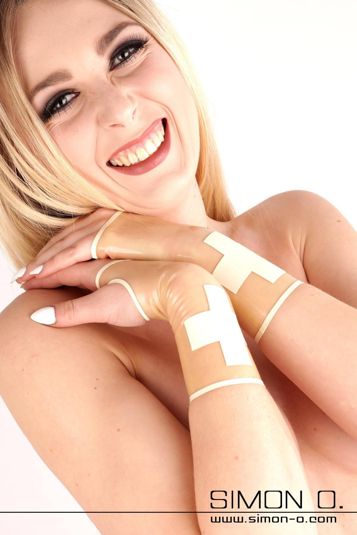 Die kurzen Latex Stulpen gehören zu einer ganzen Serie an Latex Kleidungsstücken welche Sie als Gummi Krankenschwester unbedingt haben sollten.Abgebildete …