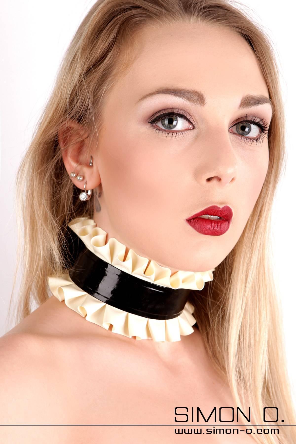 Latex Halsband 2 mm stark mit Textileinlage verstärkt. Abgebildetes Modell: Farbe 1: Schwarz Kontrastfarbe: Weiß