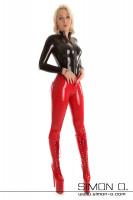 Vorschau: Eine blonde Frau mit hautengem Latex Top in Schwarz mit Zipp vorne und einer roten Glanz Hose