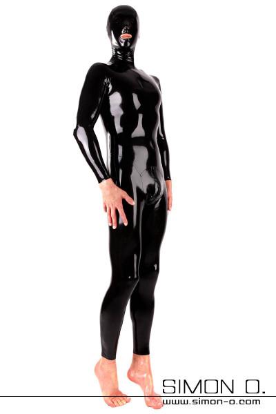 Ein Mann trägt eine schwarze Maske mit einen engen glänzenden schwarzen Latexanzug mit Zipp im Schritt