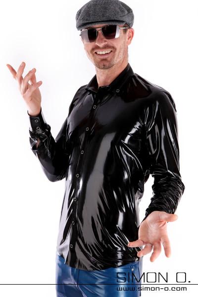Eine Mann trägt ein glänzendes Slim Fit Latex Herren Hemd in Schwarz mit Knopfleiste und Reverskragen