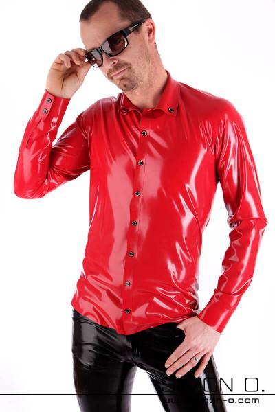 Eine Mann mit Sonnebrille trägt ein rotes glänzendes Slim Fit Latex Herren Hemd mit Knopfleiste und Reverskragen