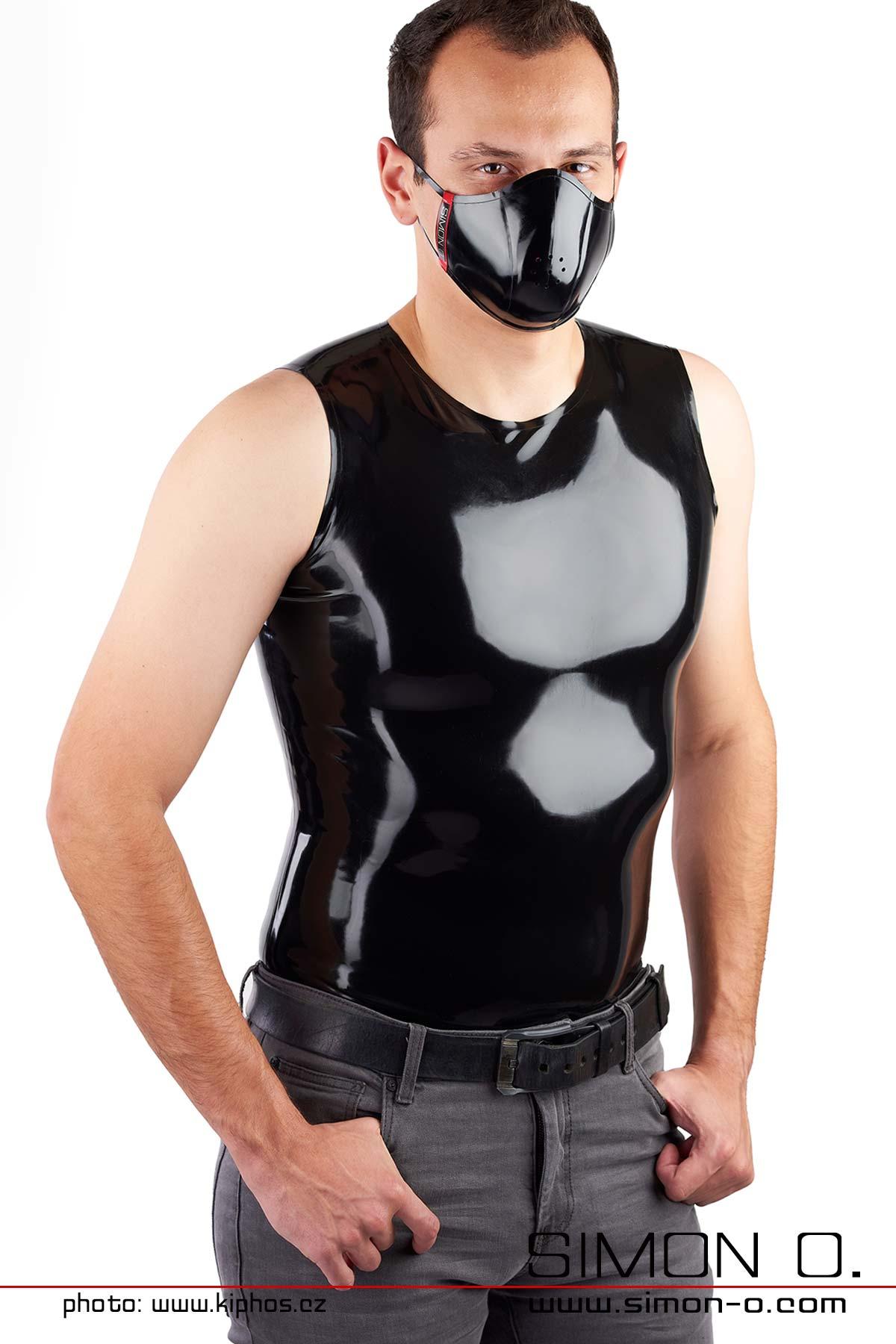 Enges gänzendes Latex Shirt in Schwarz für Herren mit Rundhalsausschnitt von vorne gesehen.