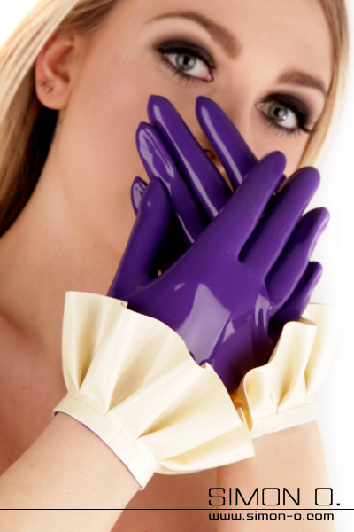 Kurze Latex Handschuhe mit Rüschen in violett mit weiß kombiniert
