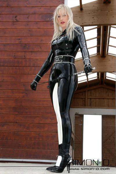 Latex Catsuit im Design eines Reiteranzuges Latex Catsuit im Reiterdesign. Enger Latexcatsuit mit Stehkragen und langen Ärmeln mit Manschetten. Stehkragen …