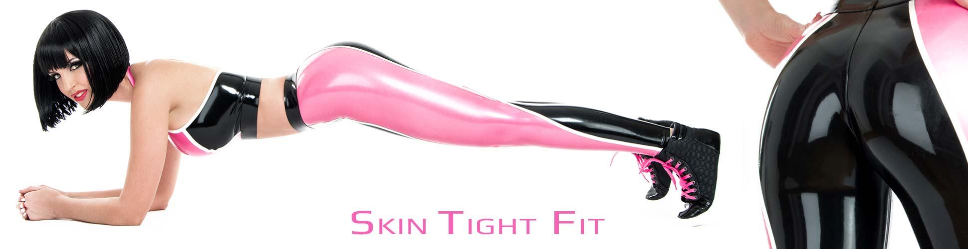 Eine Frau trägt eine hautenge glänzende Latex Leggings in Pink