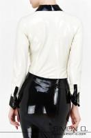 Vorschau: Eine Frau trägt eine weiße Latex Bluse mit Manschetten und Manschettenknöpfen