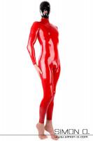 Vorschau: Ein Mann trägt einen engen glänzenden roten Latexanzug mit Zipp im Schritt und ein schwarze Latex Maske von vorne gesehen