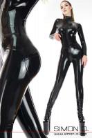 Vorschau: Ein Model trägt einen hautengen Latex Overall in Schwarz. Der Overall hat vorne durch den Schritt eine Zipp.