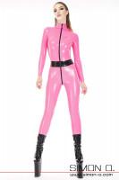 Vorschau: Ein Model trägt einen hautengen pink farbigen Latex Catsuit mit schwarzen Zipp und Gürtel. Dazu trägt Sie schwarze Platform High Heels.