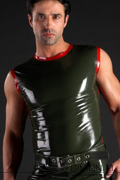 Herren Latex Tank Top mit Rundausschnitt und Streifen in Kontrastfarbe. Abgebildetes Tank Top: Farbe 1: Olive Grün Kontrastfarbe 1: Rot Materialstärke: 0.40 mm