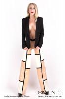 Vorschau: Eine Frau trägt eine Marlene Stil Latex Hose im dreifarbigen Design mit einem schwarzen Blazer kombiniert