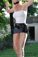 Vorschau: Enger sexy Minirock aus Latex mit verstärken Bund aus festeren Latex Unter dem Latexrock tragen Sie am besten gar nichts oder maximal einen Strapsgürtel damit …
