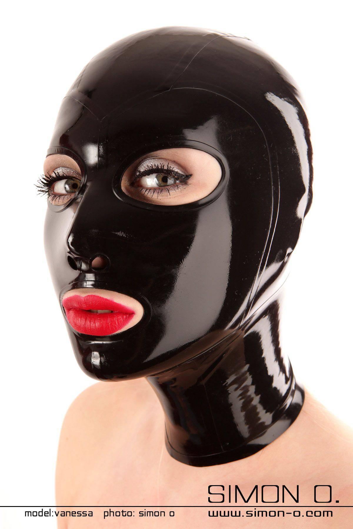 Eine schwarze glänzende Latex Maske mit eingefassten runden Mund und Augen Öffnungen