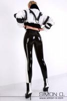 Vorschau: Eine Frau trägt eine hautenge schwarze Latex Leggings mit weißen Streifen von hinten gesehen