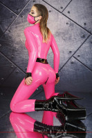 Vorschau: Ein knieendes Model trägt einen hautengen pink farbigen Latex Catsuit mit schwarzen Zipp und Gürtel.