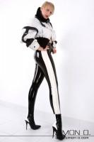 Vorschau: Eine Frau in einer schwarzen hautengen glänzenden Latex Leggings mit weißen Streifen seitlich