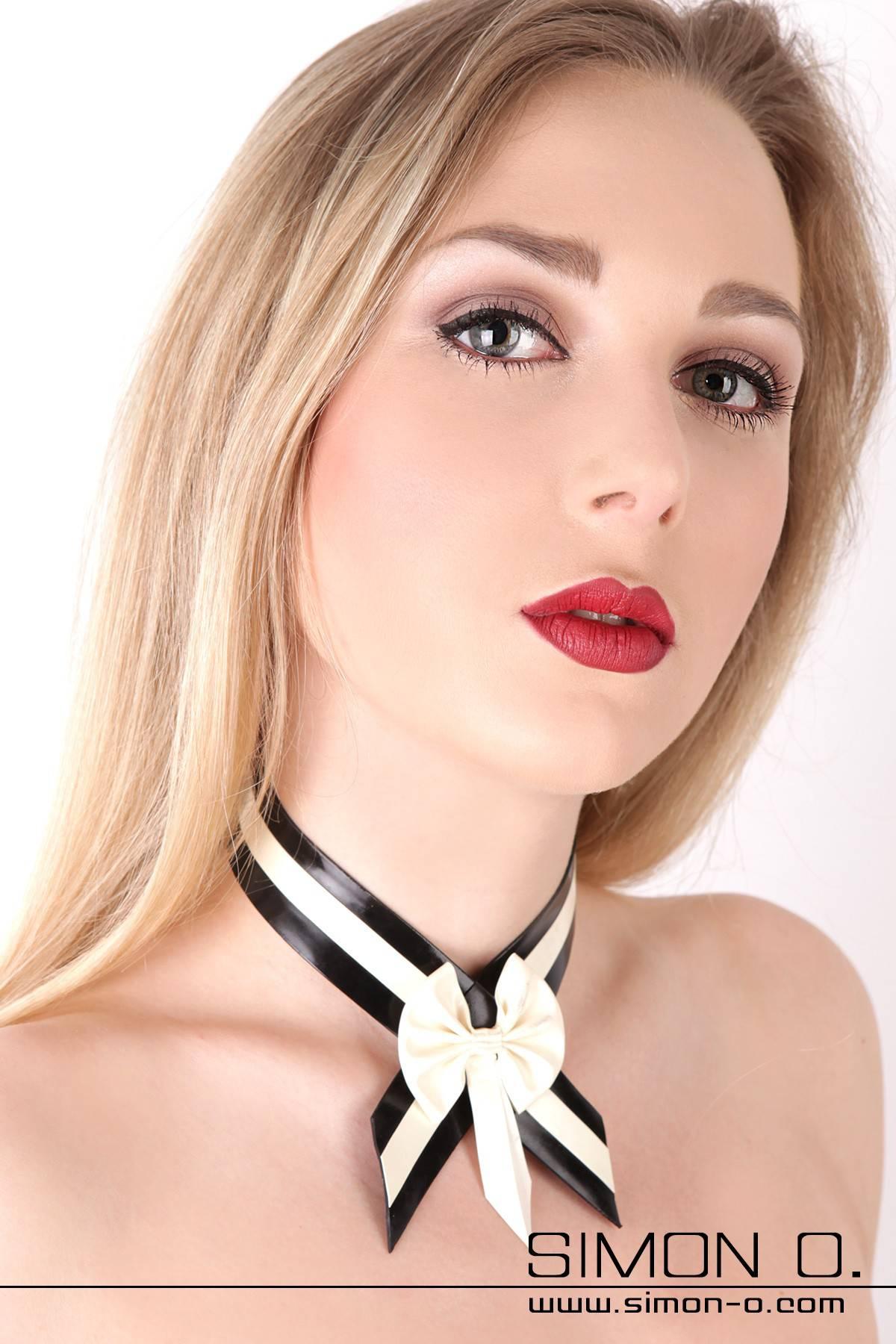 Latex Halsband mit Masche Mit diesem Latex Halsband ergänzen Sie Ihre Latexunterwäsche zu einer perfekten Einheit. In den Farben Schwarz mit weiß kombiniert …