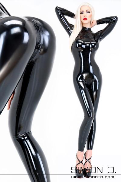 Eine Frau trägt einen glänzenden hautengen schwarzen Latex Catsuit mit hautenger Passform