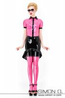 Vorschau: Eine Frau trägt eine kurzarm Latex Bluse in Pink schwarzer Knopfleiste und Reverskragen kombiniert mit Pink Latex Strümpfen und einem schwarzen Latex Rock