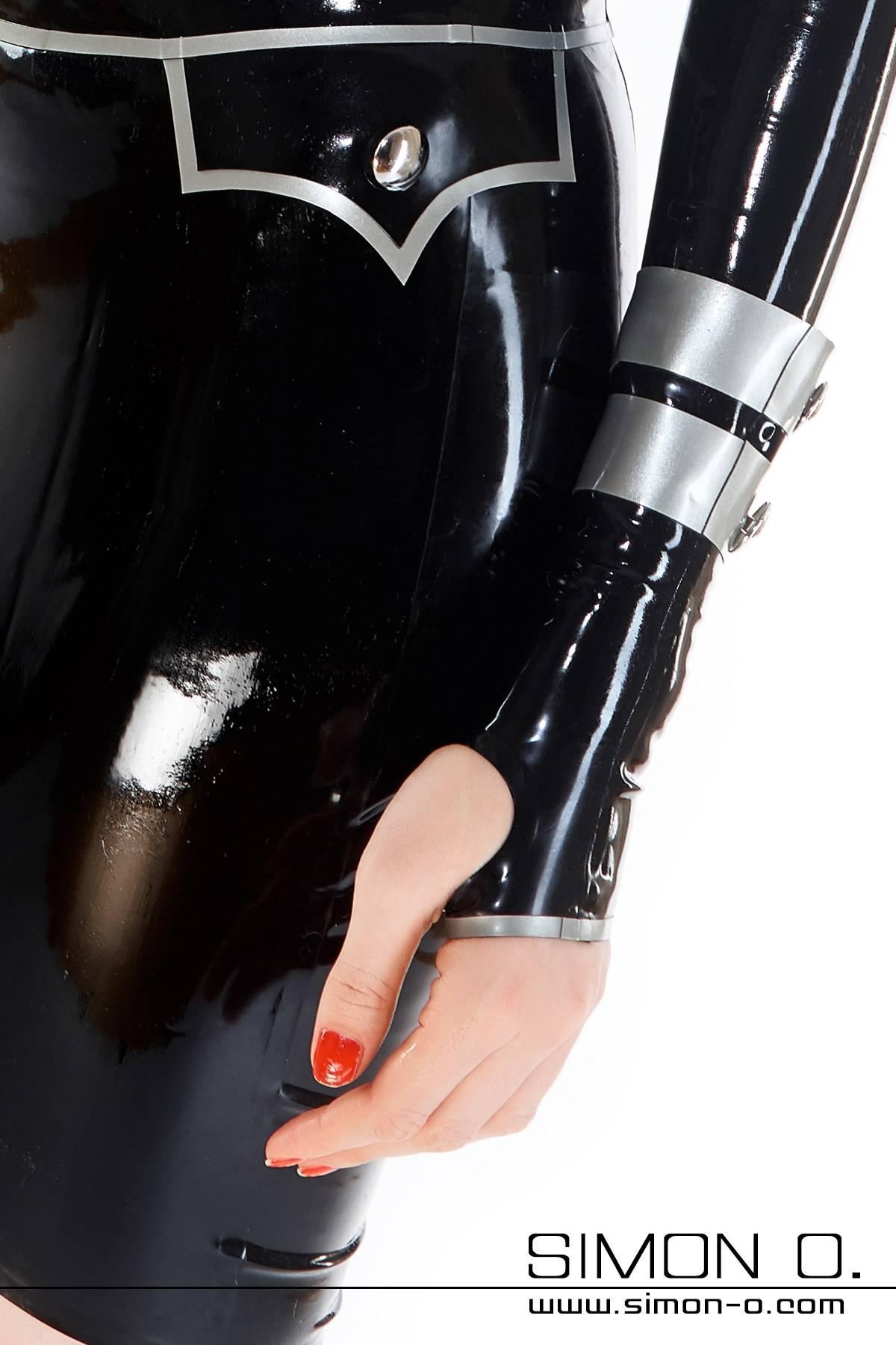 Kurze Latex Stulpen im Uniform Stil passend zu unseren Military Dress oder Bluse mit Rock. Abgebildete Latex Armstulpen: Farbe 1:Schwarz …