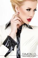 Vorschau: Eine Frau trägt eine weiße Latex Bluse mit Manschettenknöpfen Detailfoto