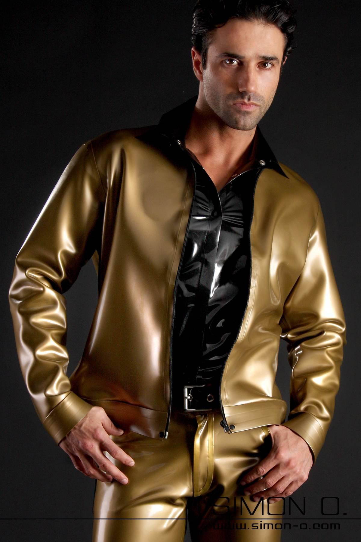 Ein Mann trägt eine goldene Herren Latex Jacke