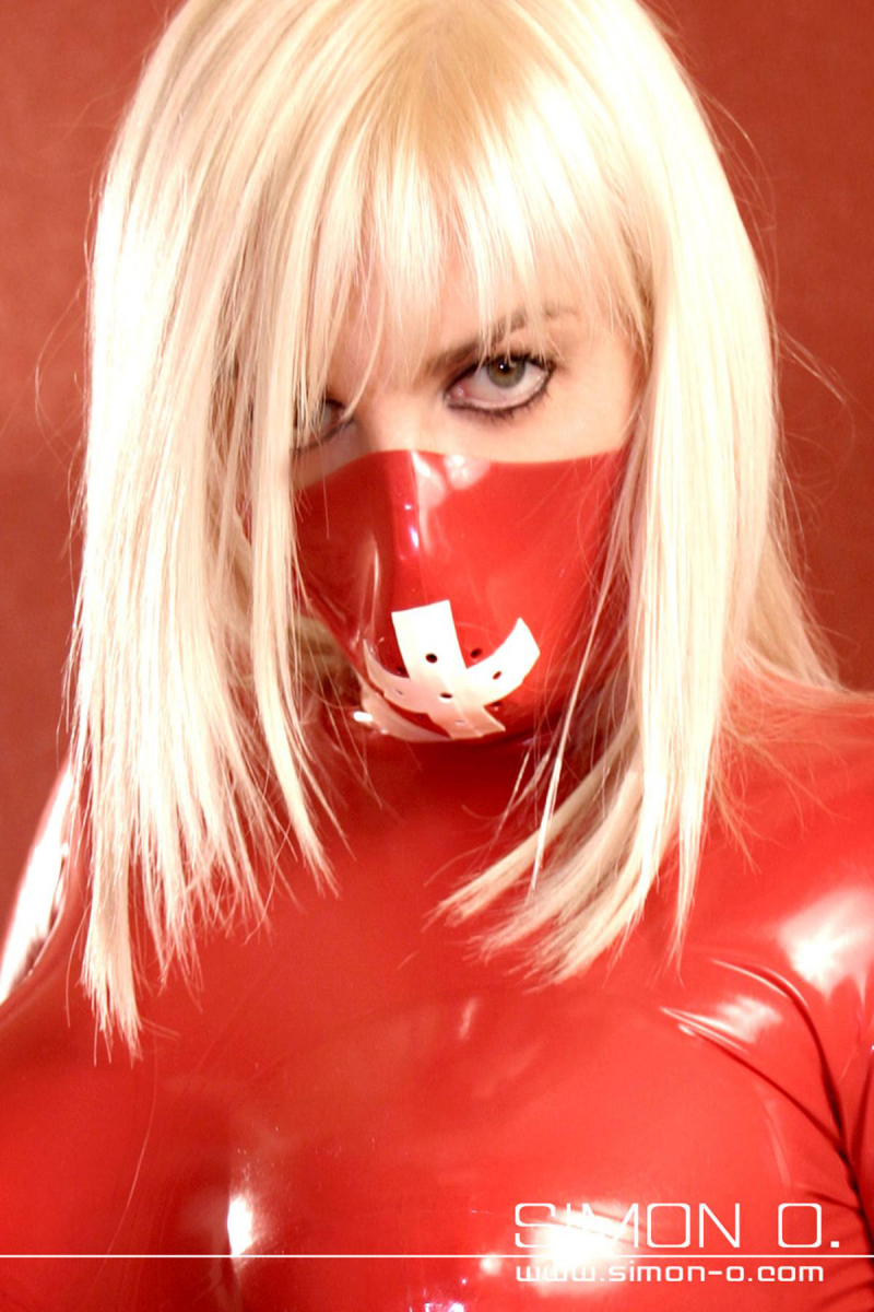 Latex OP Mundschutz mit Latexbändern und Perforierung zum Atmen aus dicken Latex gefertigt. Abgebildetes Modell:Farbe 1: RotKontrastfrabe: Weiß